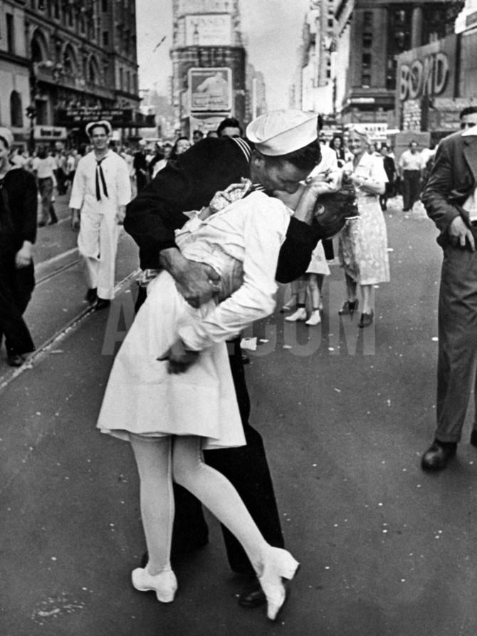 alfred-eisenstaedt-v-j-day-in-times-square_a-g-5297429-4990704